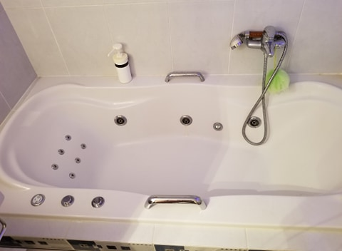 Bathroom 2 (with zaccuzi)